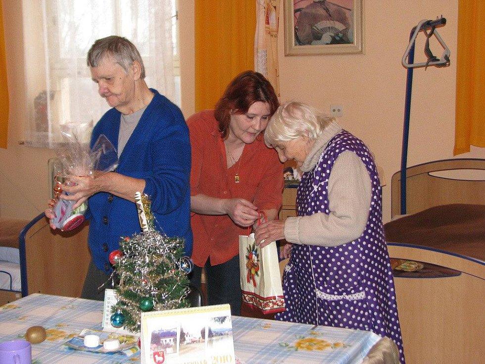 Klientům Domova pro seniory ve Frýdlantu nad Ostravicí přišla ve středu 23. prosince zazpívat mládež ze Scholy Skalice.
