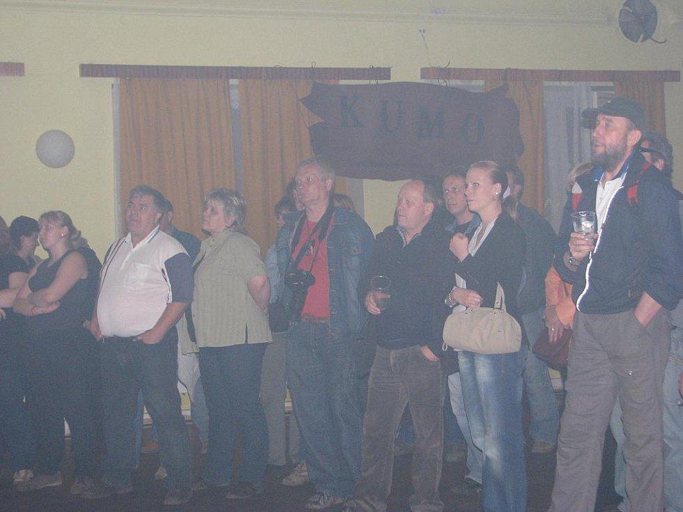 Radegastův šenk v Nošovicích se v pátek po devatenácté hodině stal místem velké oslavy čtyřicátých narozenin muzikanta Pavla Býmy. Kromě něj ve zdejším sále mimo jiné vystoupila legendární skupina Turbo.