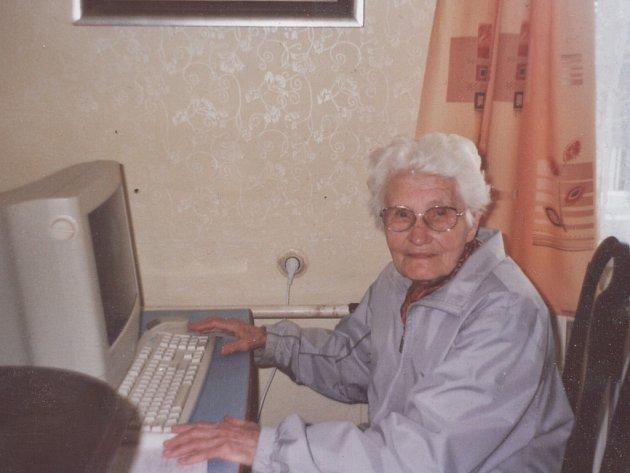 Marie Bednářová u svého počítače.