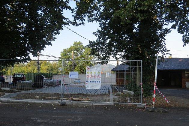 Snímek zachycuje parkoviště těsně před dokončením.