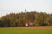 Pohled na kostelní věž v Malenovicích.