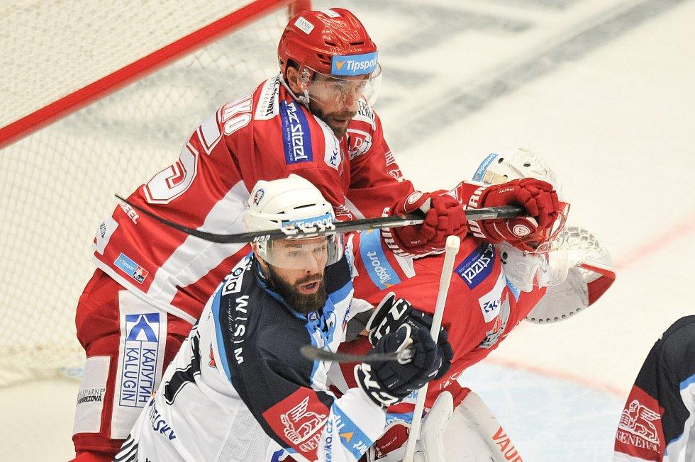 Utkání 2. kola hokejové extraligy: HC Oceláři Třinec - HC Plzeň (10. září 2017), Milan Gulaš, Tomáš Marcinko z Třince a Šimon Hrubec z Třince.