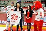 Jubileum. Vladimír Roth (vlevo) převzal z rukou prezidenta klubu Jána Modera dres s číslem 300 jako upomínku jeho třístého startu v barvách Ocelářů.