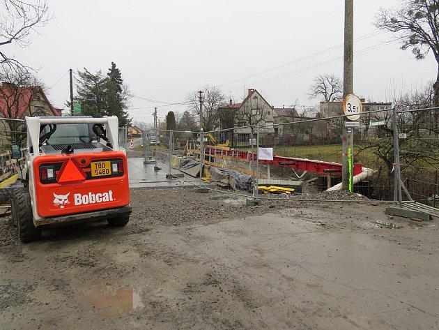Rekonstrukce mostu poblíž střediska Karmel ve Smilovicích.