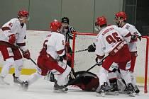 Hokejisté Frýdku-Místku (bílé dresy) sice s Brnem brzy prohrávali. Poté však nastříleli svému soupeři pět branek a radovali se z další druholigové výhry v letošní sezoně.