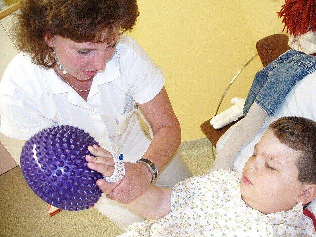 Děti hospitalizované v Nemocnici Třinec mohou využívat nové rehabilitační pomůcky. Speciální chodítka, vibrační hračky nebo polohovací pomůcky pomáhají dětem po operačních zákrocích i při konzervativní léčbě.