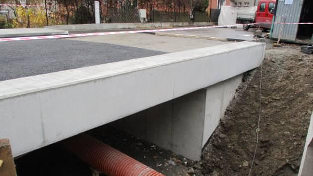 Výstavba nového mostu v Bašce.