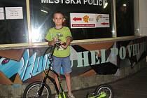 Městská policie ve Frýdku-Místku označuje  jízdní kola i koloběžky syntetickou DNA.