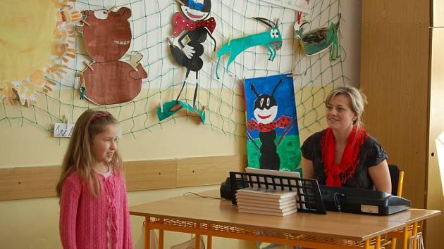 V těchto dnech probíhala na několika místech obvodní kola pěvecké soutěže Loutnička, které se zúčastnilo přes devadesát talentovaných dětí školního i předškolního věku.