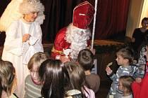 Děti z Jablunkova a okolí potěšil v sobotu večer Celoměstský Mikuláš. Divadlo Krapet v sále radnice pobavilo Příhodami včelích medvídků, představily se i mažoretky z jablunkovského DDM.