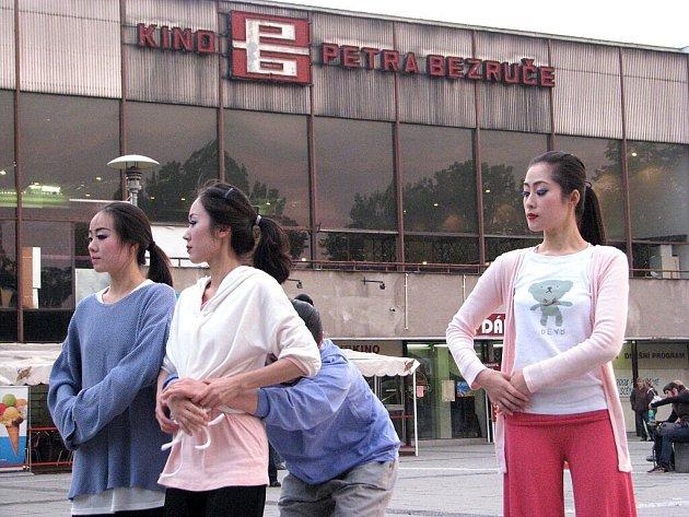 Místecké náměstí bylo v sobotu prázdné, koncerty se přesunuly do kina Petra Bezruče. Večer před kinem kolemjdoucí pozorovali korejský soubor, který zde nacvičoval choreografii.