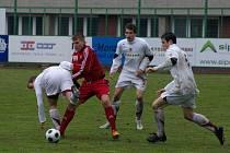 Třinečtí fotbalisté (v červeném) hostili v dohrávce druholigové soutěže pražskou Spartu B. Utkání skončilo bezbrankovou remízou.