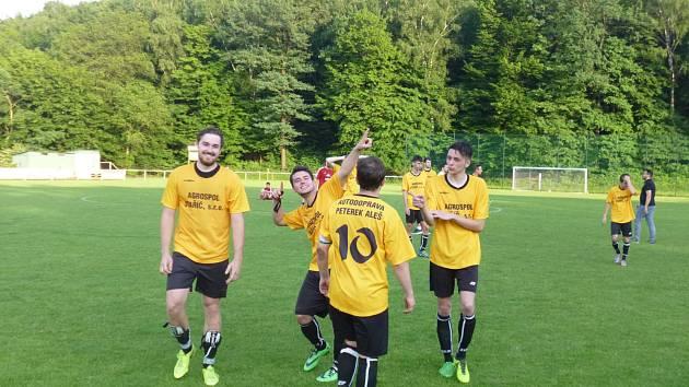 Fotbalisté Staříče se radují z postupu do finále krajského poháru.