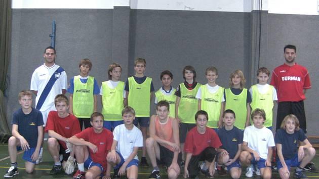 Třetiligoví fotbalisté Frýdku-Místku Martin Cesnek (na snímku vlevo nahoře) a Radek Antošík (vpravo nahoře) si zatrénovali s mladšími žáky.
