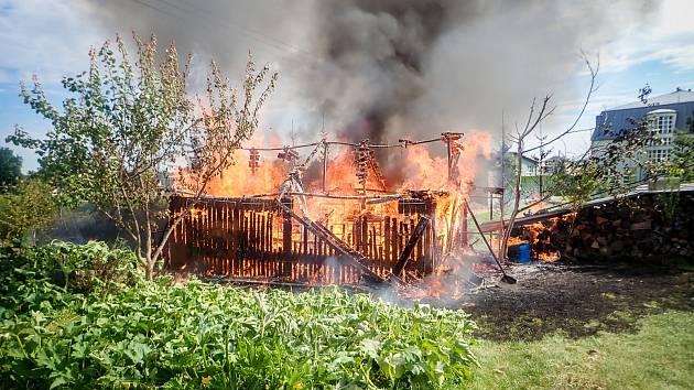 V sobotu 5. září dopoledne zasahovali hasiči u požáru dřevěné kůlny s nářadím v Palkovicích na Frýdecko-Místecku.