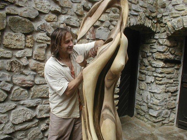 Jiří Vyvial dokončuje sochu s názvem Odvaha.