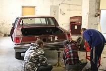 Klienti Bethelu nyní pracují na opravě Cadillacu