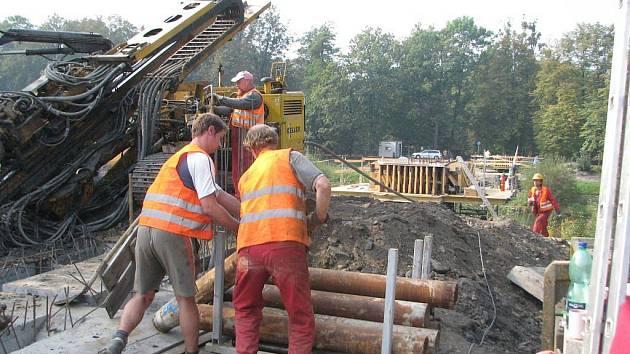 Výstavba lávky přes řeku Ostravici rychle pokračuje. Dokončena by měla být letos v listopadu. Na snímcích pohled od frýdecké části.