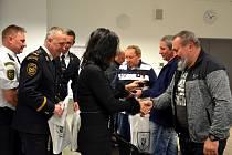 Bývalí třinečtí hasiči dostali ocenění za věrnost.