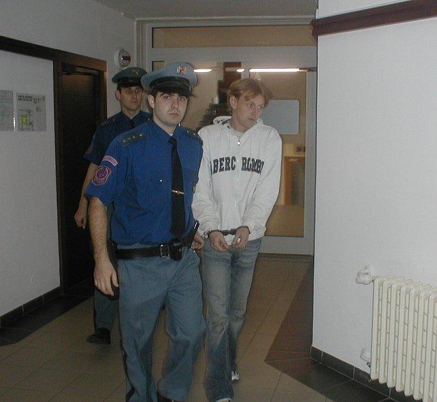 Eskorta přivádí k soudu Lukáše Tománka. Mladík byl v pátek odsouzen za to, že před časem křivě obvinil dva policisty z obvodního oddělení v Krásné.