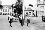 Slavnostní průvod členů Sokola při příležitosti veřejného cvičení v roce 1947, které se uskutečnilo již na novém (současném) hřišti. V předchozích letech se cvičilo na Bařině.
