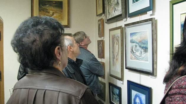 Snímek z vernišáže výstavy olejů a akvarelů Dalibora Valáška z Ostravice v Galerii U Jakuba ve Frýdku-Místku.