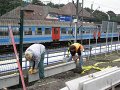 Přestože se hovoří o tom, že nad pokračováním výstavby železničních koridorů visí kvůli úsporám velký otazník, na stanici v Mostech u Jablunkova se stále pracuje na více místech a běží i stavba podchodu.
