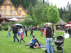 Koupaliště Sluníčko v Ostravici opět spojilo zahájení sezony s oblíbeným dětským dnem. Jen v sobotu dopoledne se v areálu vystřídaly stovky návštěvníků.