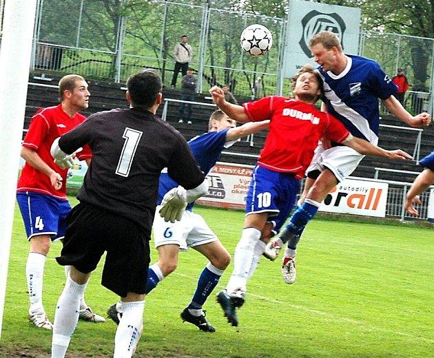 Frýdecko-místecký obránce Marek Čelůstka právě střílí první branku utkání, ve kterém však domácí nakonec na tři body nedosáhli.