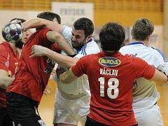 Házenkáři Frýdku-Místku (v bílém) prohrávají ve čtvrtfinále nejvyšší soutěže se Zubří 0:2 na zápasy. Valachy tak od postupu dělí jen jedno vítězství.