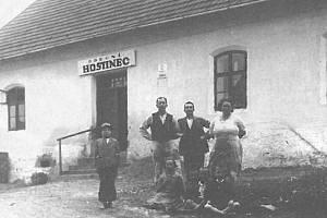 OBECNÍ HOSTINEC ve Lhotce okolo roku 1935.