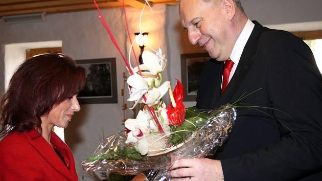 Oceněná Petra Schwarzová na snímku přebírá gratulaci hejtmana Evžena Tošenovského.