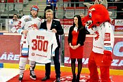 Obránce Třince Vladimír Roth oslavil jubilejní 300. zápas v dresu Ocelářů.