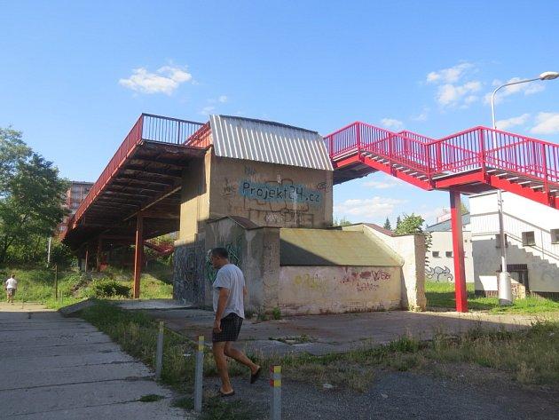 Nové schodiště vzniklo před dvěma lety. Město tehdy provedlo nejnutnější opravy, aby lávka zůstala v provozu. Staré schodiště, které bylo v havarijním stavu, zmizelo.