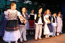 Vystoupení folklorního souboru Pilsko na hlavním pódiu při Dni obce Bystřice.