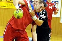 Frýdecko-Místecká spojka Michal Vacula (u míče) se s karvinskými protihráči srdnatě rval.