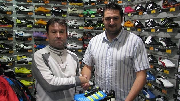 Martin Valigůra si převzal od zástupce firmy D-Sport Petra Remeše hlavní cenu (kopačky) věnovanou nejlepšímu kanonýrovi podzimní části fotbalových soutěží.
