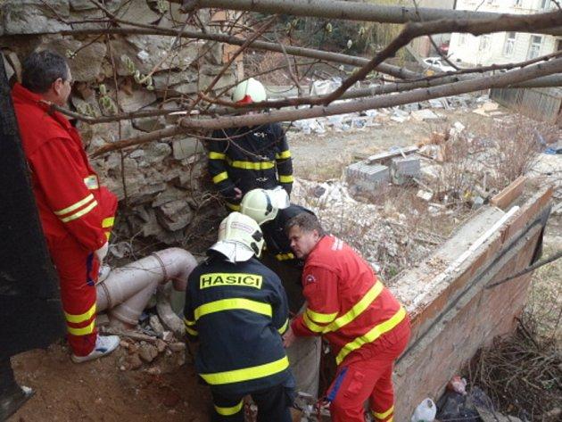Záchrana ženy, která spadla do hluboké studny