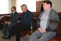 Smrt 12letého Kryštofa z Vratimova, jenž se otrávil zplodinami ze špatně instalovaného plynového kotle, podle soudu spoluzavinili tři muži. Zprava Ladislav Šebesta (58 let), Henryk Oczadly (55) a Radovan Šellong (46).