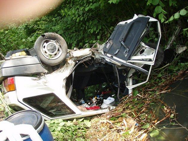 Čelní srážka Škody Formanu a Renaultu Clio si vyžádala zranění obou řidičů. Škodovka skončila v potoce.