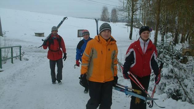 Na Javorový vrch u Třince dnes zamířila i tato skupinka běžkařů.