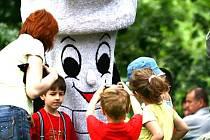 Maskot Frymík v obležení dětí.