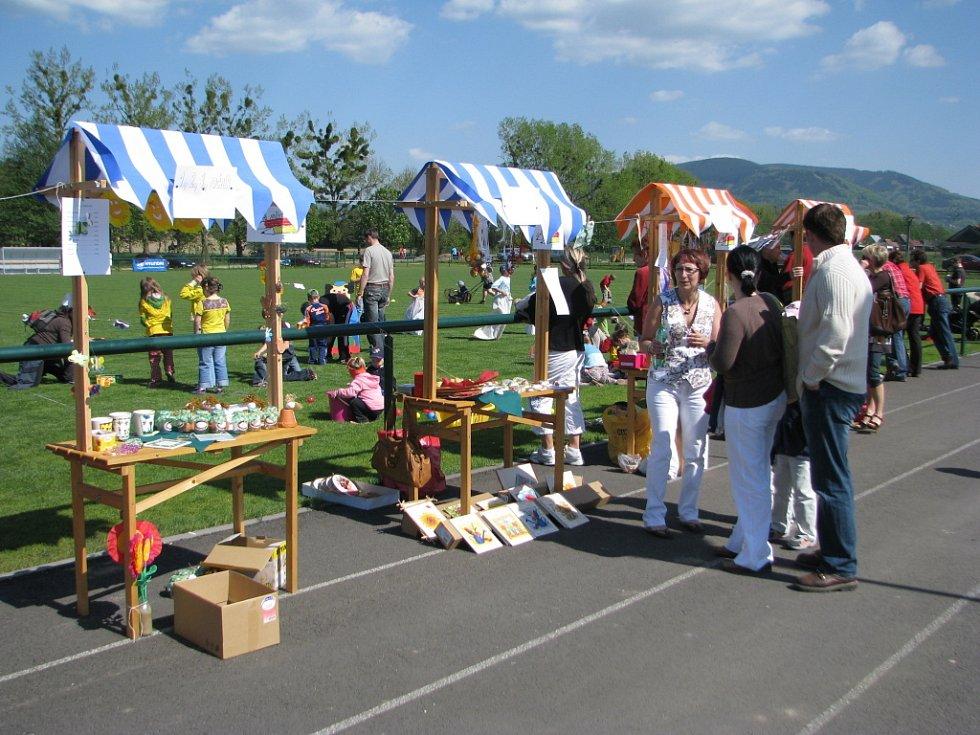 Návštěvníci si u stánků mohli zakoupit výrobky dětí z místní základní školy - preclíky, medové perníčky, výrobky malované na hedvábí či košíčky z pedigu.