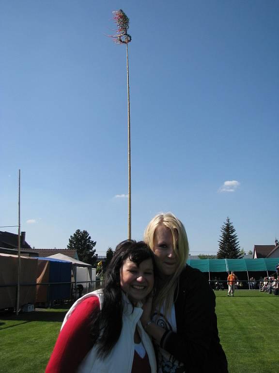 Nikola Cydrichová (vlevo) s kamarádkou Lenkou Strnadovou. Za nimi dvacetimetrová májka.