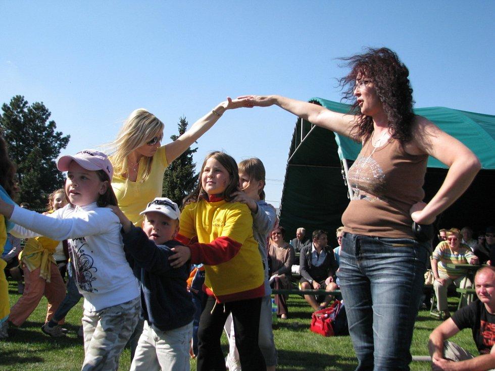 Májová veselice potěšila v pátek obyvatele Nošovic a okolí. Na víceúčelovém hřišti byly připraveny atrakce, zazpívala i Heidi Janků.