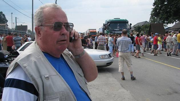 Šéf osadního výboru v Neborech Adolf Bolek při loňských protestech v Hrádku. S nátlakovými akcemi nesouhlasil.