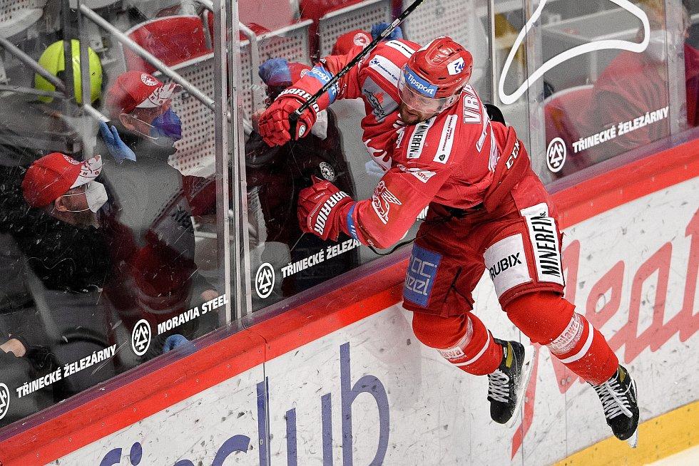 Semifinále play off hokejové Tipsport extraligy - 5. zápas: HC Oceláři Třinec - BK Mladá Boleslav, 11. dubna 2021 v Třinci. Petr Vrána z Třince se raduje z gólu.