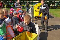 Akce Den Země se přesně před rokem konala i v místeckém Sokolíku. Na snímku jsou děti, které si na jednom ze stanovišť procvičovaly správné třídění odpadků.