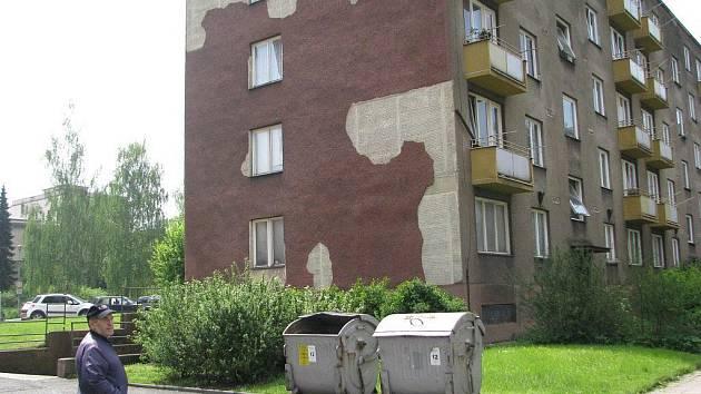 Ján Vaculík stojí před svým domem v ulici kapitána Nálepky v centru Třince. Dvaašedesátiletý muž kritizuje vlastníka, zda se s tím dá něco dělat, prý ale neví.