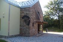 Vchod do penzionu Mlýn v Ropici.